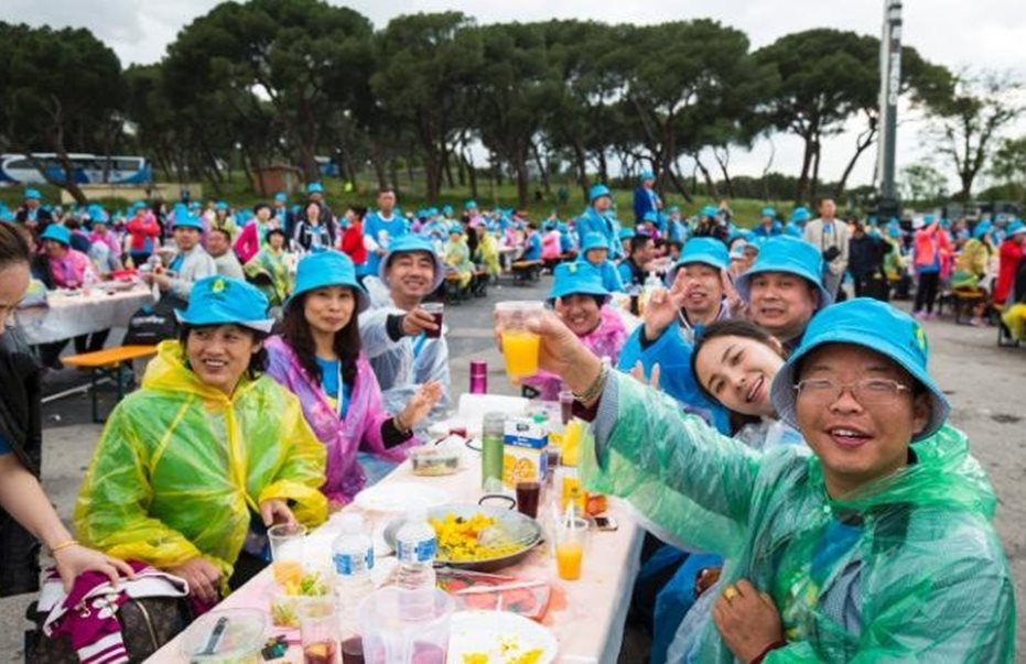 chinese billionaire sponsor 2500 staff on holiday trip 4